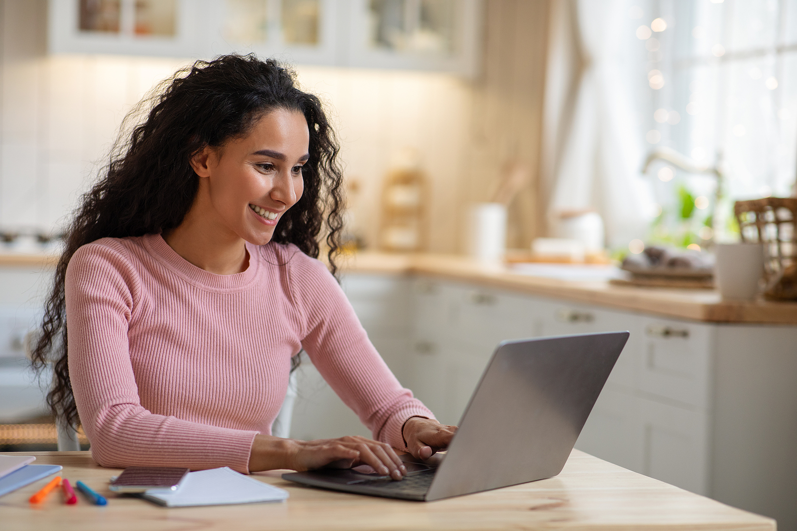 Woman looking at her pregnancy options online.